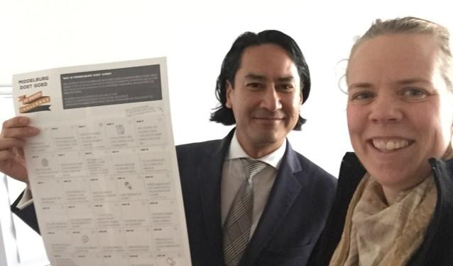 Burgemeester Bergmann en Marjan Ouwerkerk tonen de 'inspiratiekalender'.