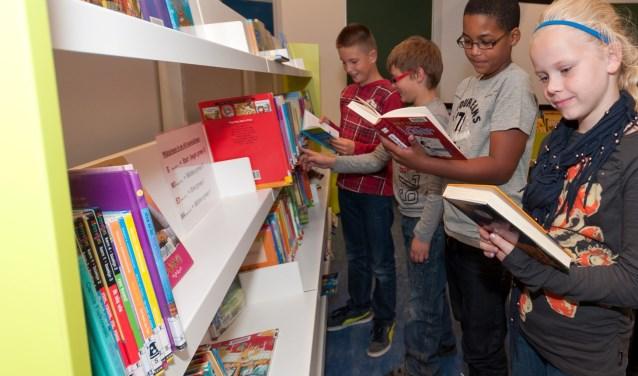 Kinderen lezen in een bibliotheek