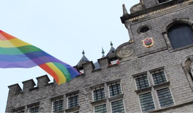 Alleen met Coming-Out day wappert de regenboogvlag