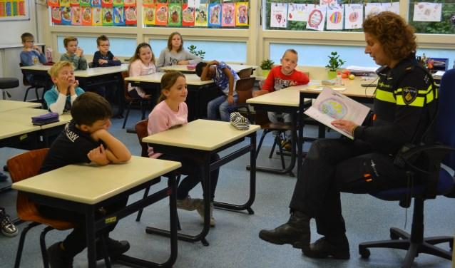 Kinderen in Tholen werden eerder al voorgelezen door politieagente Suzanne Kastelijn FOTO REMKO VERMUNT