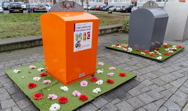 Met bloemenperkjes omringde afvalbakken aan het Edisonplein.