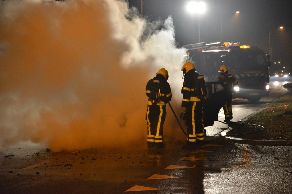 Een auto op de Emerparklaan brandde uit. Foto: Perry Roovers / SQ Vision © BredaVandaag