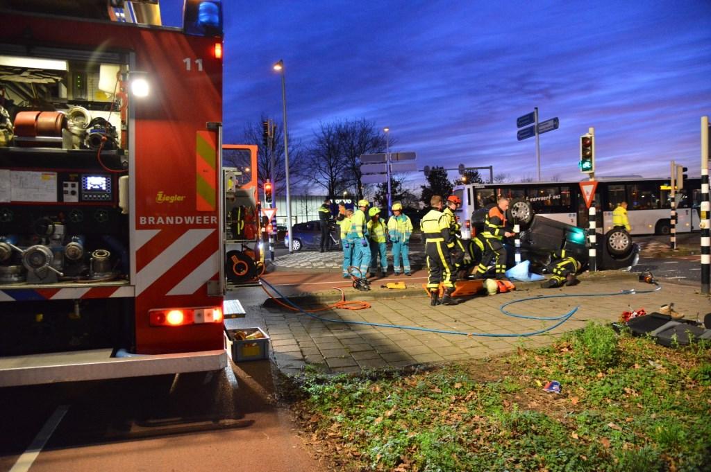 Brandweer bij de auto. Foto: Perry Roovers / SQ Vision © BredaVandaag