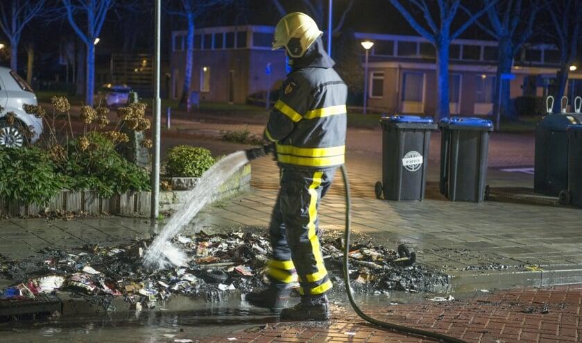 Rij papiercontainers in vlammen op in Steenbergen-Zuid