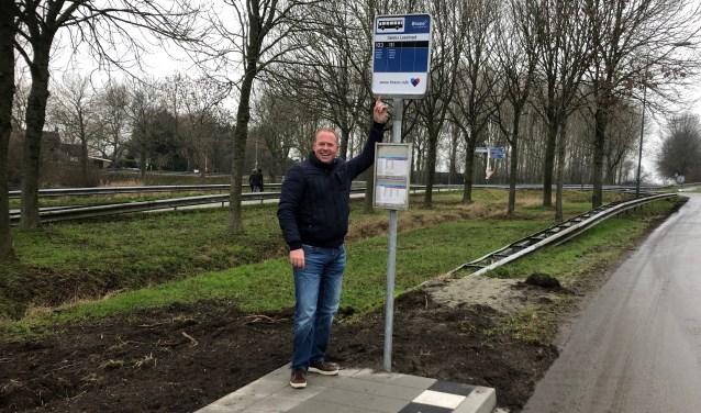 Ivo den Ouden is verheugd met de nieuwe bushalte aan de Provincialeweg Noord. Foto: Johan Wagenmakers