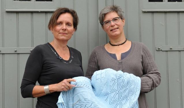 Anja Geldof en Stefanie Huibregtse met de woondeken.