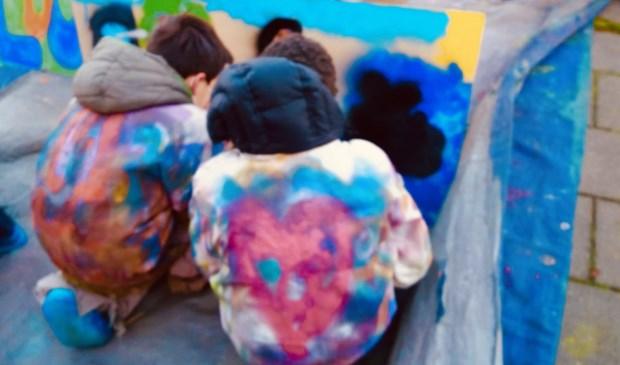 Kinderen van OBS de Springplank aan de slag met hun kunstwerk.