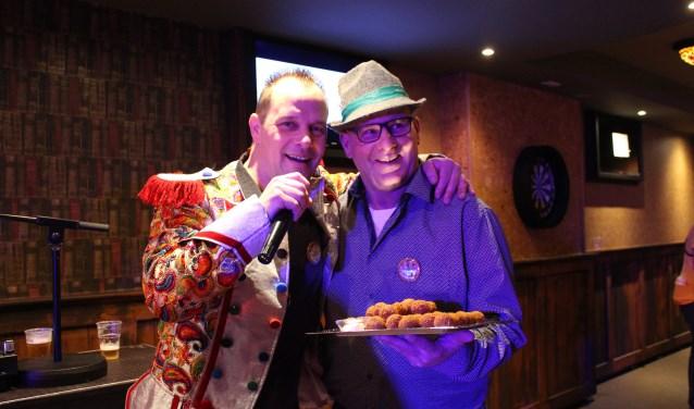 Peter Jongenelen en Martin den Broeder presenteren hun feestkrakers over bitterballen en een grasmaaier.