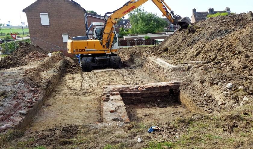 Bij de opgravingen werd de fundering van de oliemolen zichtbaar. FOTO BERT BONGERS