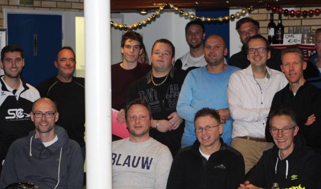 Een aantal jeugdtrain(st)ers na de 3e bijeenkomst met Giovanni Siereveld en Thijs Rentier. FOTO F. VAN PAGEE