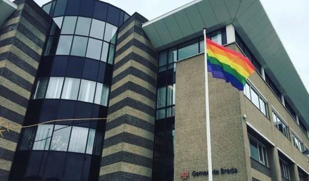 De regenboogvlag wappert bij de gemeente Breda.