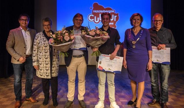 Wethouder Hans Wierikx (links) was in 2018 bij de uitreiking van de Cultuurprijs aan Joep Onnink, zoon van winnaar Ari Onnink. ARCHIEFFOTO PETER BRAAKMANN