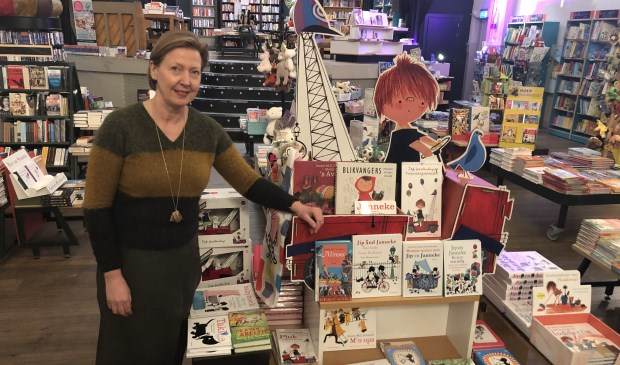 Vestigingsmanager Grietje Braaksma in de boekhandel van Grand Theatre.