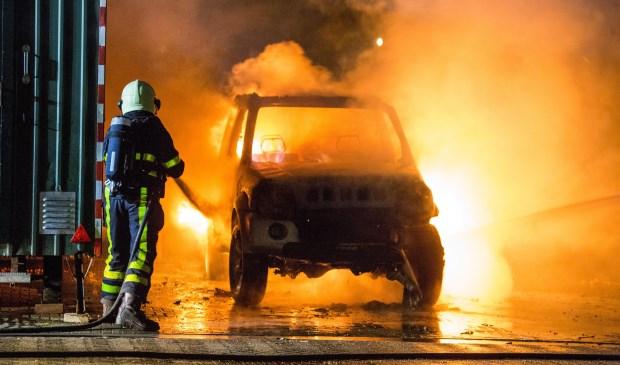 Jeep volledig uitgebrand aan Pastoor Bastiaansensingel in Sint Willebrord - Internetbode