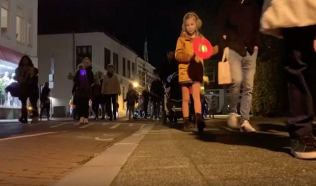 Straten van het Ginneken lichten op door lampionnen tijdens Sint Maarten - BredaVandaag.nl