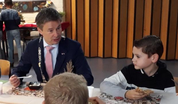 Jeugd Wemeldinge ontbijt met burgemeester | Reimerswaal - Internetbode