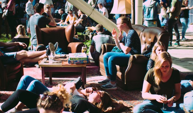 Gezellige drukte bij de brouwerijen tijdens het Hop on Hop Off Festival. Foto: PETER GATCHEV © BredaVandaag