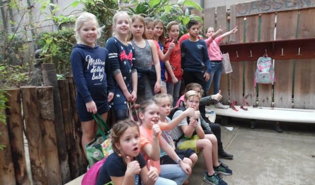 De kinderen genieten in de vlindertuin.