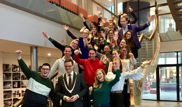 De HZ-studenten en burgemeester Bas van den Tillaar.