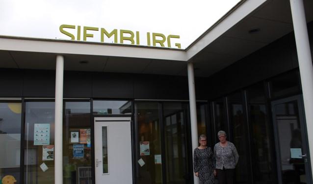 Voorzitter Toos van Merode en redactielid Liesbeth Franken bij dorpshuis Siemburg waar wekelijks Het Pompke met vrijwilligers wordt gemaakt.