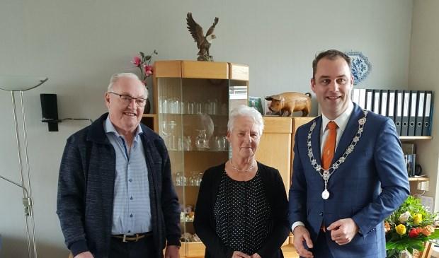 Echtpaar De Ronde-Van der Spek met loco-burgemeester Johan Aalberts.
