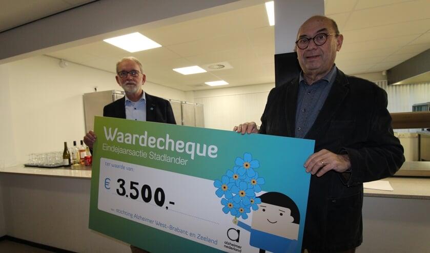 Ad Vos (r) en Martien van Leeuwen (l) nemen de cheque van Stadlander in ontvangst