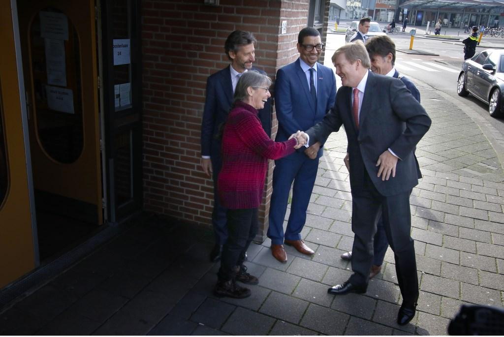 Werkbezoek Koning Willem-Alexander aan coöperatie de Vrije Uitloop in Breda. In het pand van Tientjes spreekt hij scharrelondernemers.