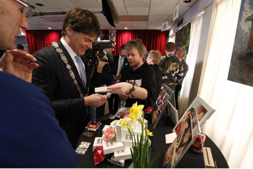 Werkbezoek Koning Willem-Alexander aan coöperatie de Vrije Uitloop in Breda. In het pand van Tientjes spreekt hij scharrelondernemers. Foto: Wijnand Nijs © BredaVandaag