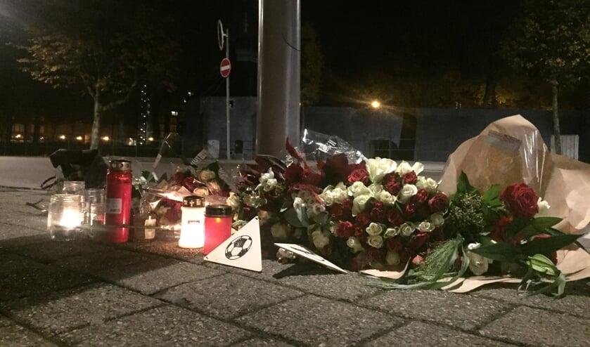 Bloemen, kaarten en kaarsjes op de plek waar de 23-jarige Paul Pluijmert werd neergestoken.