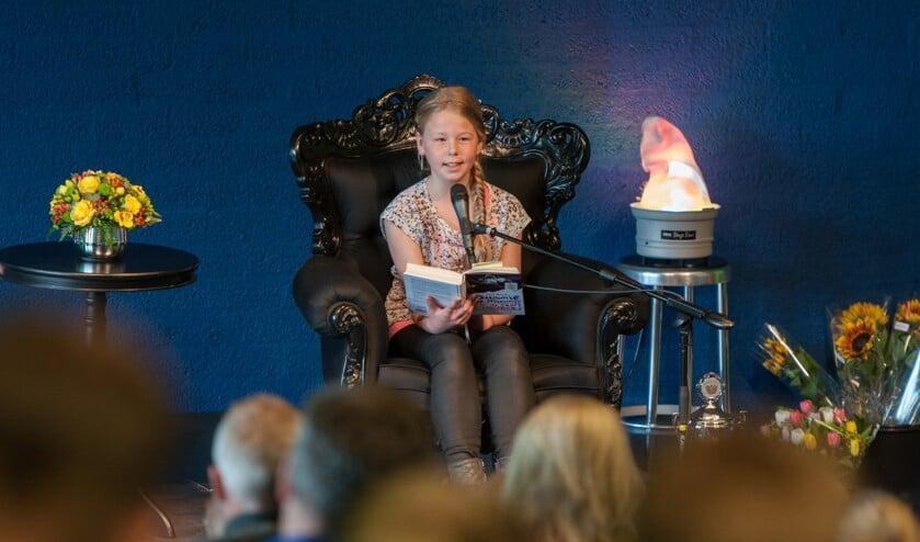Opperste concentratie bij de voorleeswedstrijd in de bibliotheek in Middelburg.