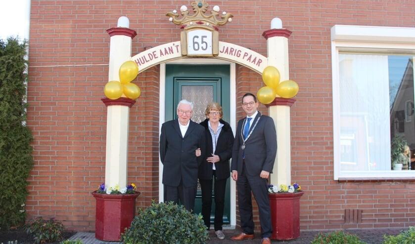 Ook burgemeester Steven Adriaansen kwam het echtpaar van Hoof-Schroeijers feliciteren met hun briljanten huwellijk