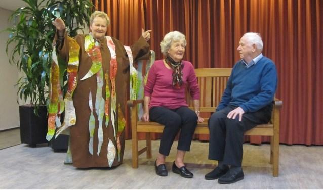 Antoon van Caam en Jos van Oortmerssen zingen Indoneschische liederen terwijl Jeanne Verhaard schittert als boom.