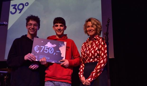 v.l.n.r. prijswinnaars Rowan van den Boomen & Tommy Heeffer en Lidwien Hupkens van Stichting Vrienden Podiumkunsten Breda.