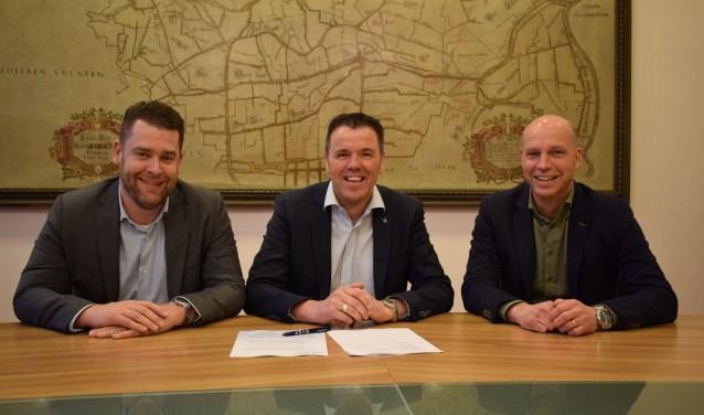 Vlnr Lauran Geus, Ronnie Buiks en François Moelands tekenen overeenkomst. FOTO STELLA MARIJNISSEN