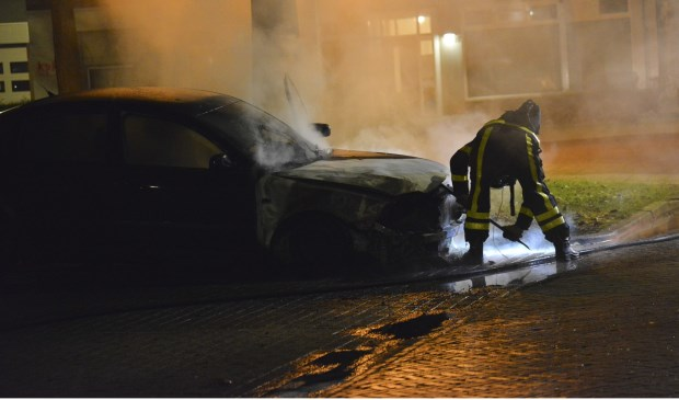 Twee auto's in de Jacob Edelstraat brandden volledig uit. Foto: Perry Roovers /SQ Vision © BredaVandaag