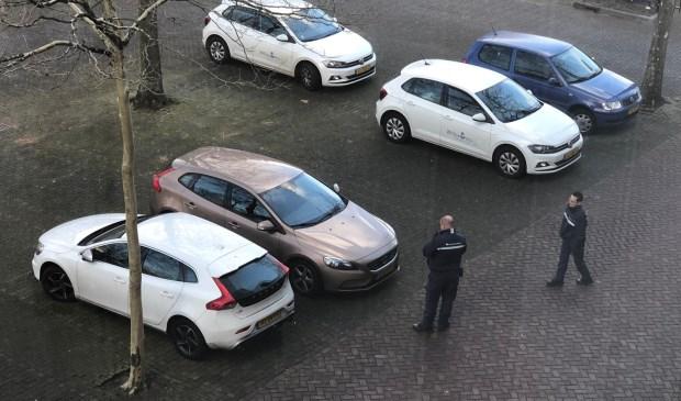 Auto's worden gecontroleerd op het parkeerterrein van het oude belastingkantoor bij de Gasthuisvelden.