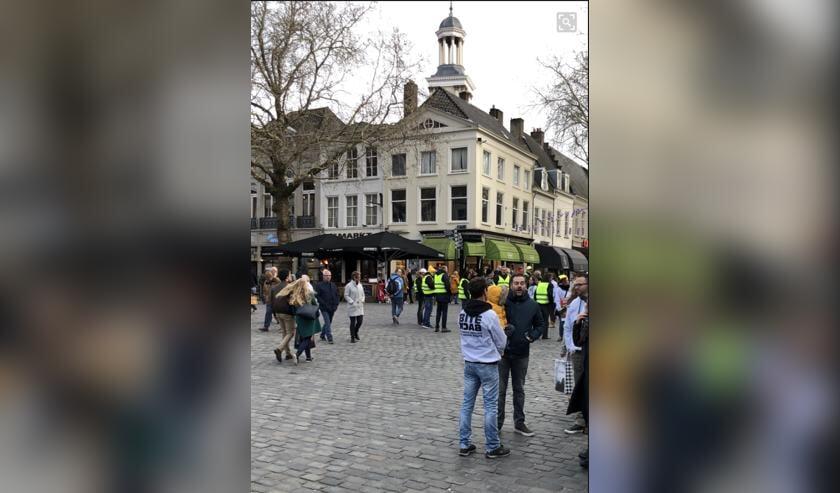 Recht op de foto is Dijkhoff in gesprek met Bite back, daarachter de gele hesjes.