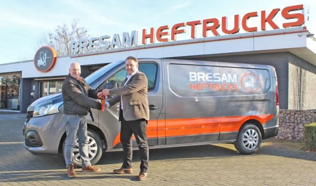 Alex Mussers (links) neemt de sleutel van de dertigste bedrijfswagen in ontvangst van Leon van de Merbel.FOTO ELS ROMMERS