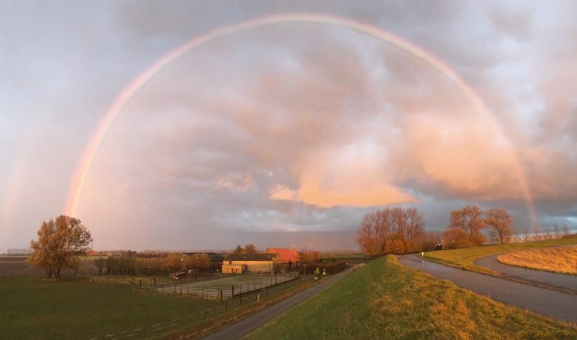 Regenboog bij zonsondergang