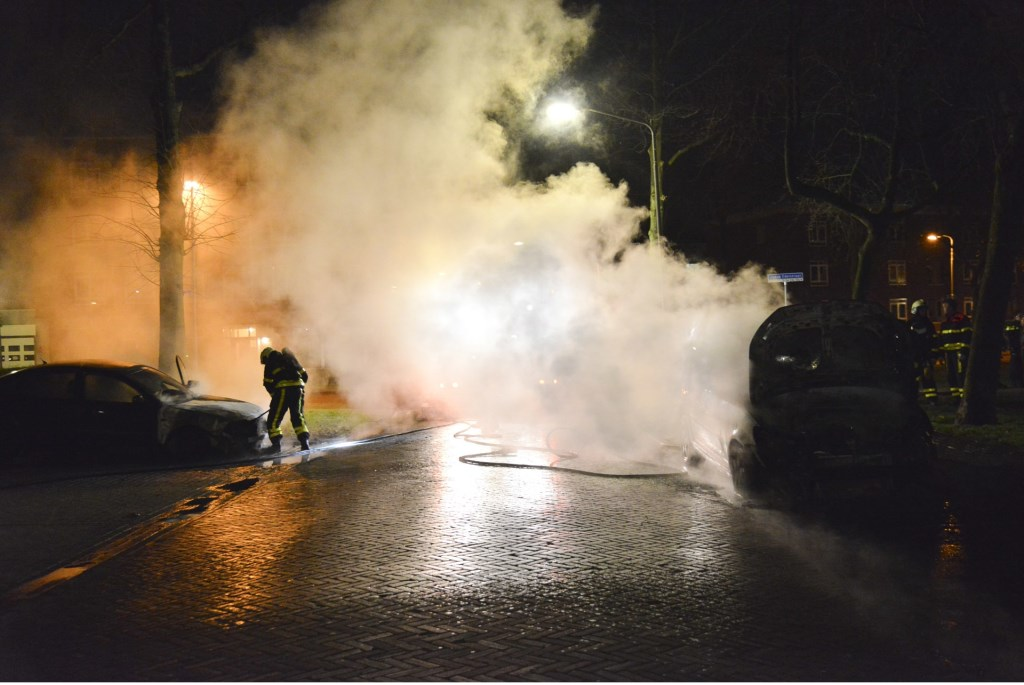 Twee auto's in de Jacob Edelstraat brandden volledig uit.