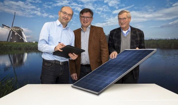 René Lambregts (links) van Waterschap Brabantse Delta tekent de intentieverklaring voor een onderzoek naar de haalbaarheid van een zonneweide op Nieuwveer. Dit onder het toeziend oog van Joop van Hasselt (rechts) van BRES en Ger de Weert (midden) van Stichting Support ONS 2050.