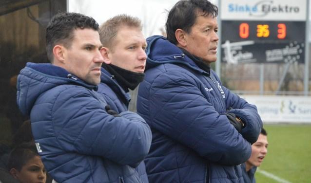 Ongeloof bij de technische staf van Krabbendijke na de desastreuze start van de wedstrijd. FOTO JONIQUE VAN KOEVERINGE