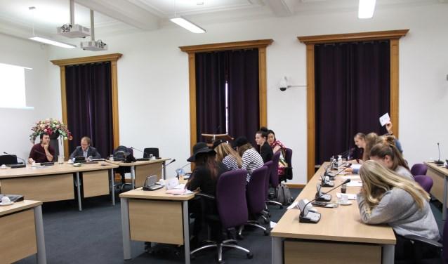 Leerlingen uit Roosendaal en Antwerpen tijdens een nagespeelde Conferentie Energietransitie in het oude Raadhuis van Roosendaal