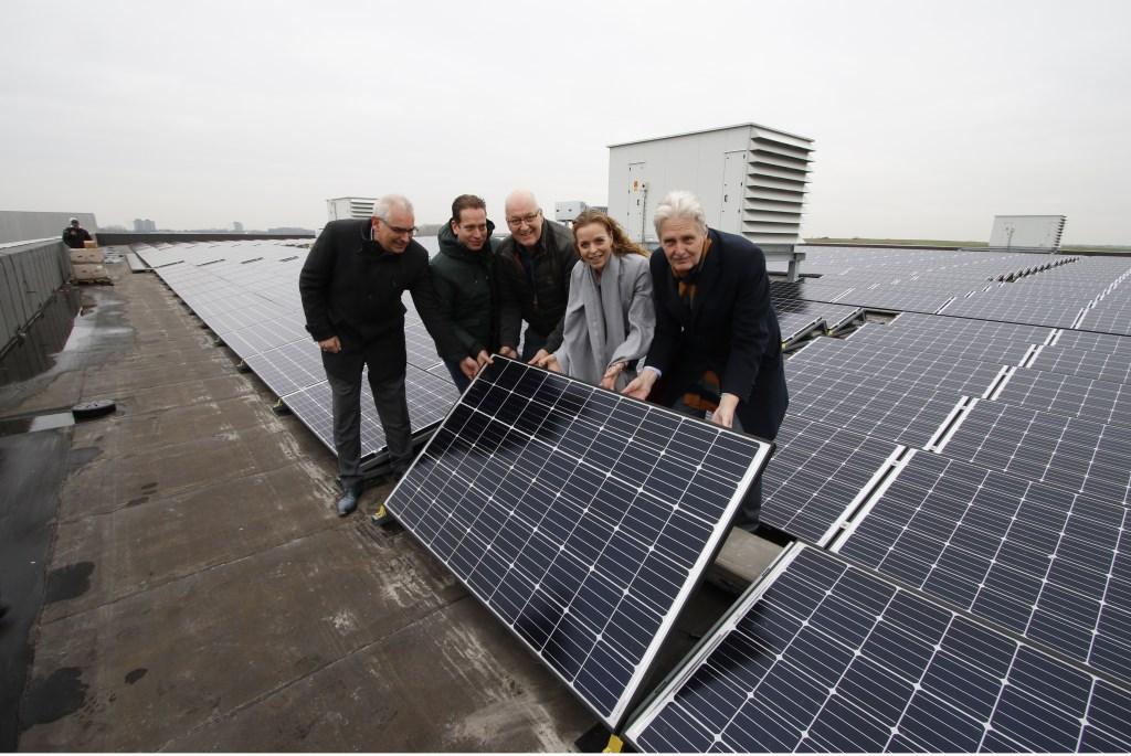 Plaatsing van het 3500e zonnepaneel op het dak van Breepark.