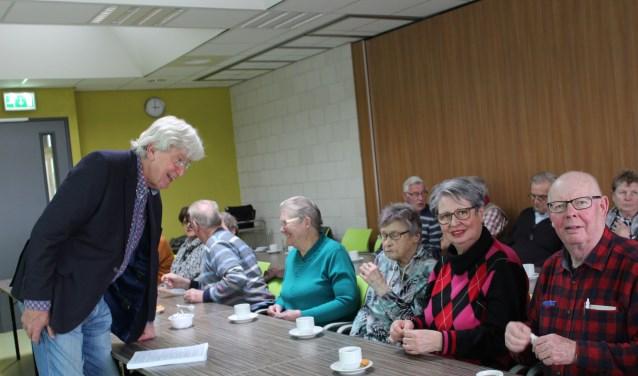 Spreker Jan van der Ent geeft veel info over het levenseinde aan een bescheiden groep mensen van KBO Kruisland en andere geïnteresseerden.