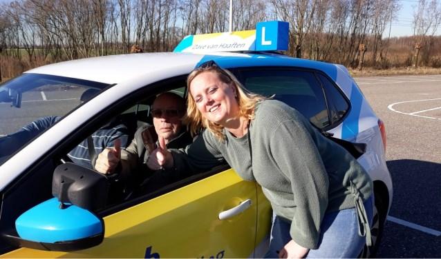 Harry Jongeneelen en verzorgende Linda Matthijssen steken de duimen op