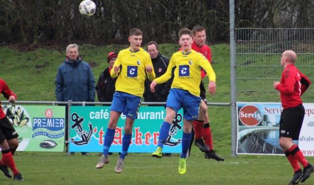 Jari Christiaanse in duel met debutant Bas van der Wel en Luuk van Wuyckhuyse onder toeziend oog van Mark Goeman (allen invallers). FOTO F. VAN PAGEE