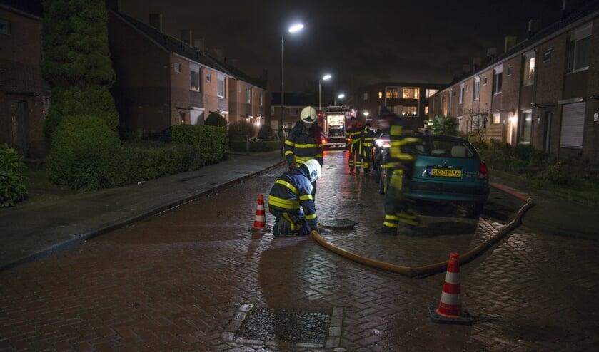 De brandweer heeft in afwachting van de gemeente vanuit een brandkraan doorgespoeld.