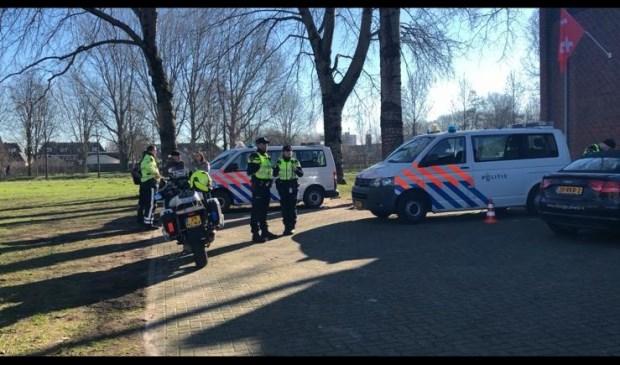 Verkeerscontrole op de parkeerplaats van een boksschool aan de Oranjeboomstraat  Foto: Bregje Kop © BredaVandaag