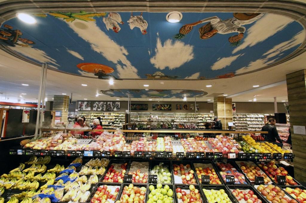 Kunstwerk boven de groente- en fruit bij de Albert Heijn in de Belcrum Foto: Wijnand Nijs © BredaVandaag
